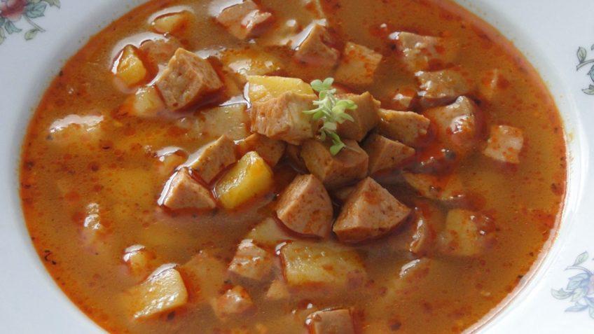 gulášová polievka zo špekáčkov