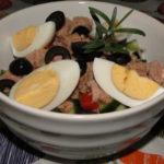 šalát s tuniakom a zeleninou