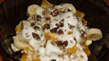 šalát s ovocím a gréckym jogurtom
