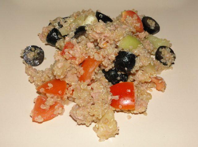 quinoa šalát s tuniakom a olivami